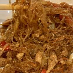 Pui chinezesc cu legume in sos dulce acrisor si taitei din orez